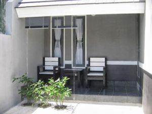 meja kursi minimalis pada model teras rumah sederhana