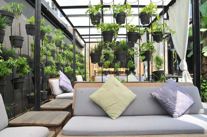 model teras rumah minimalis dengan aksesoris tanaman hias yang menarik