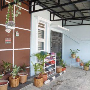 model teras rumah minimalis sederhana dengan aksesoris tanaman hias