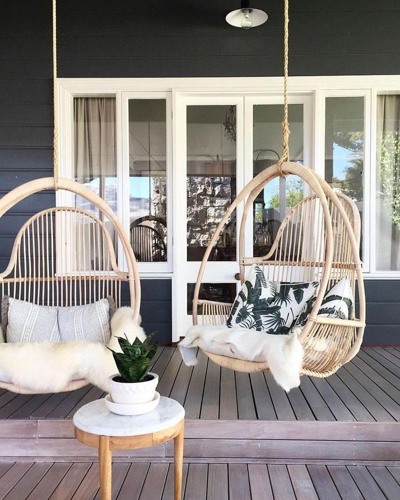 model teras rumah sederhana berkesan elegan dengan kursi gantung meja kecil