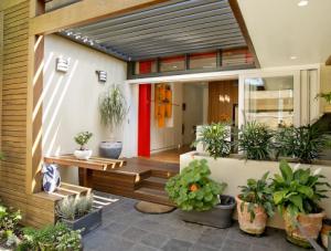 model teras rumah sederhana dengan aksesoris tanaman hias