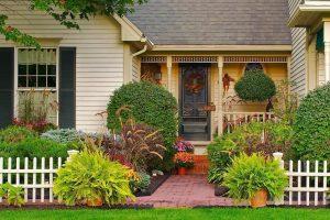 taman depan rumah dengan varias banyak tanaman model teras rumah sederhana