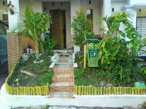 taman depan rumah yang menyejukkan mata pada model teras rumah sederhana