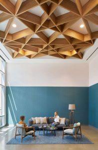 plafon dengan kombinasi kayu bersilangan
